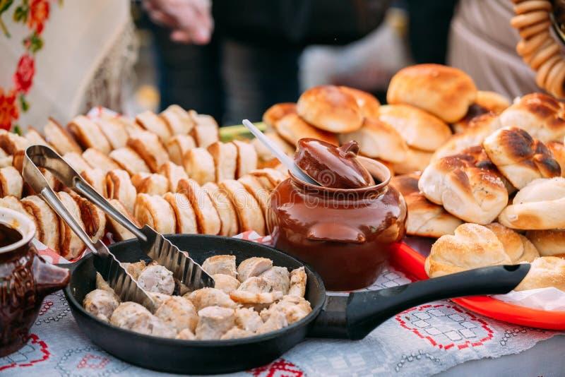Schotels van de traditionele Witrussische keuken - gebraden bacon en vlees stock fotografie