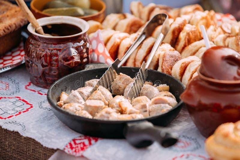 Schotels van de traditionele Witrussische keuken - gebraden bacon en vlees stock foto's
