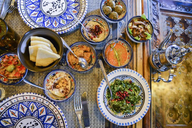 Schotels van het Middenoosten of de Arabische en geassorteerd meze, concrete rustieke achtergrond royalty-vrije stock afbeelding