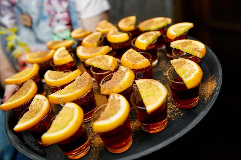 Schotenrum met een citroen stock fotografie