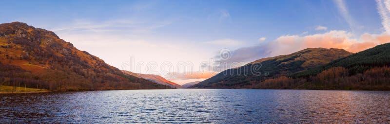 Schots mooi kleurrijk zonsonderganglandschap met Loch Voil, bergen en bos bij Loch Lomond & het Nationale Park van Trossachs royalty-vrije stock foto's