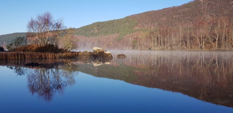 Schotse Hooglandloch Luichart stock afbeelding