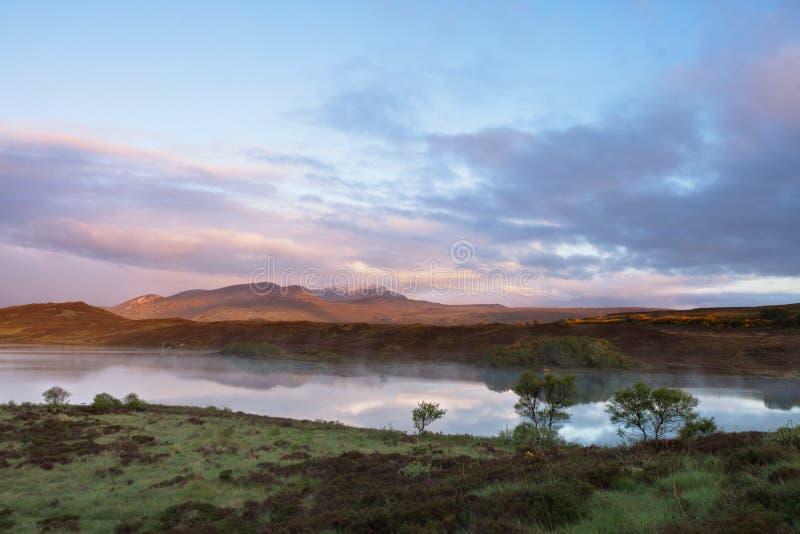 Schotse nauwe vallei tijdens zonsondergang stock foto's