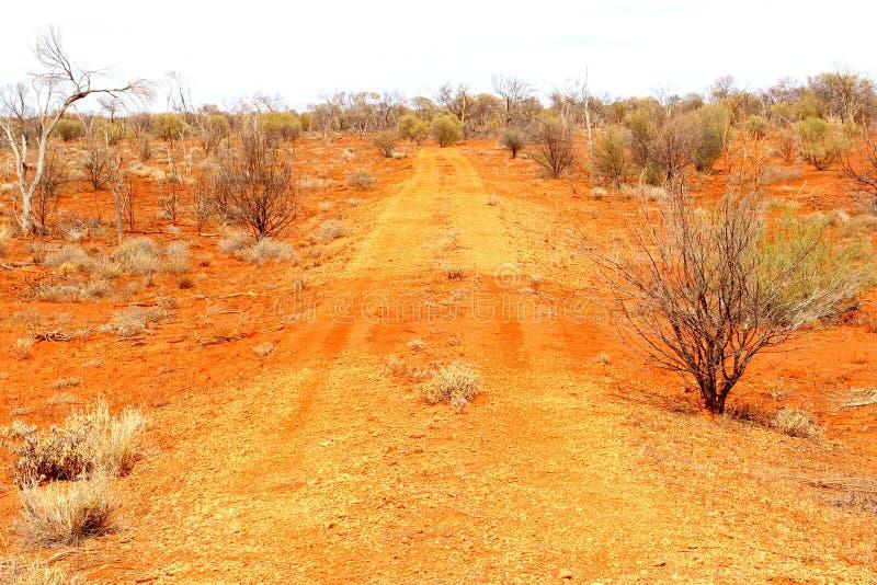 Schotterweg in der roten Mitte, Nordterritorium, Australien stockfoto