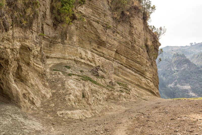 Schotterweg durch den Hügel lizenzfreie stockbilder