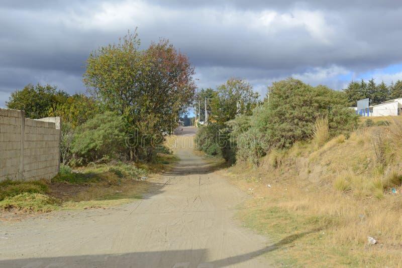 Schotterweg im ländlichen Dorf in Mexiko lizenzfreies stockbild