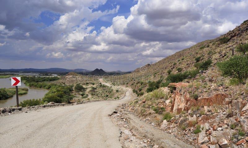 Schotterweg im trockenen landcape lizenzfreie stockbilder