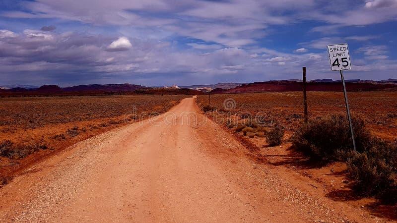 Schotterweg in ländlichem Utah, USA lizenzfreie stockfotos