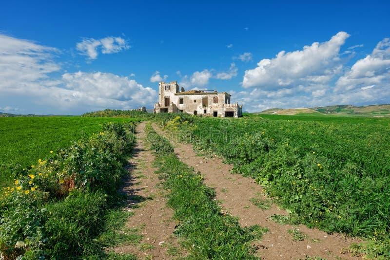 Schotterweg und verlassenes Gutshaus in Sizilien stockbilder