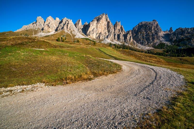 Schotterweg-und Wanderweg-Bahn im Dolomit Italien lizenzfreie stockfotos