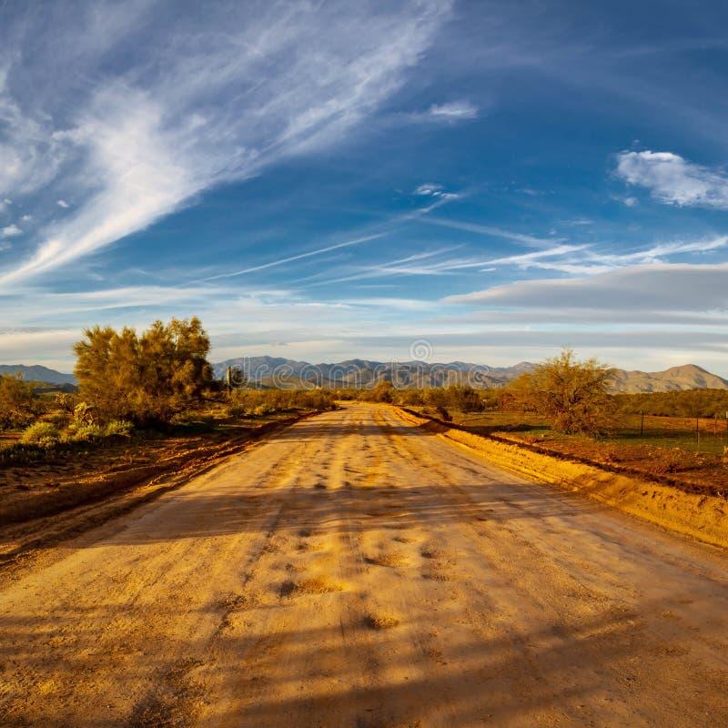 Schotterweg zu den entfernten Bergen stockfotos