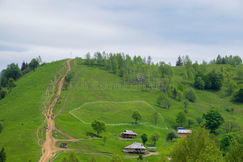 Schotterweg zu Makovytsya-Bergspitze lizenzfreie stockbilder