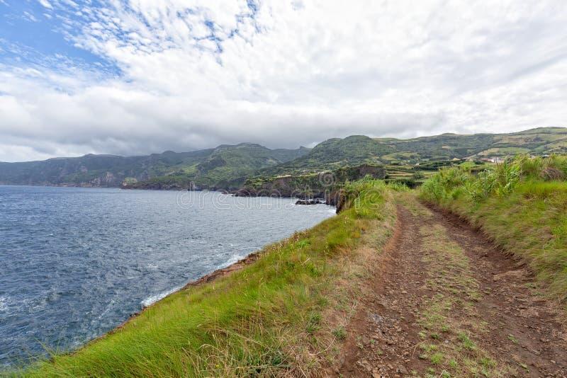 Schotterweg zu Ponta Delgada stockfotos