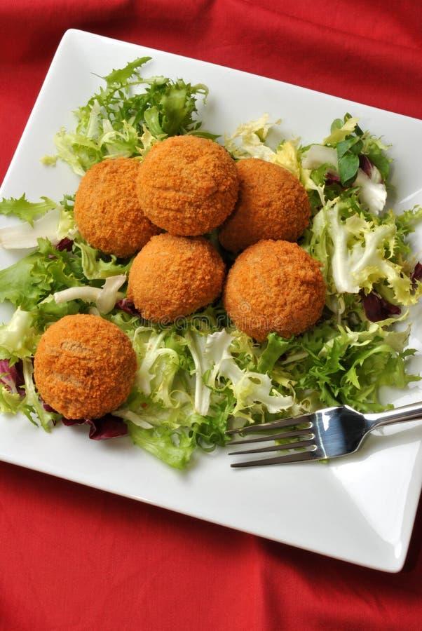 Schottische Eier mit frischem Salat stockbild