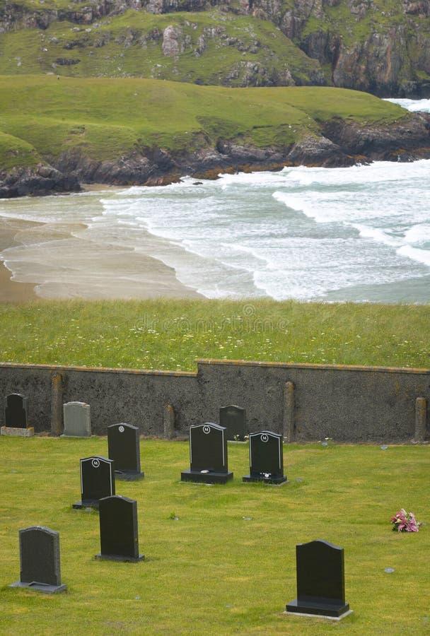Schottische Landschaft mit Friedhof und Küstenlinie schottland Großbritannien stockfotografie