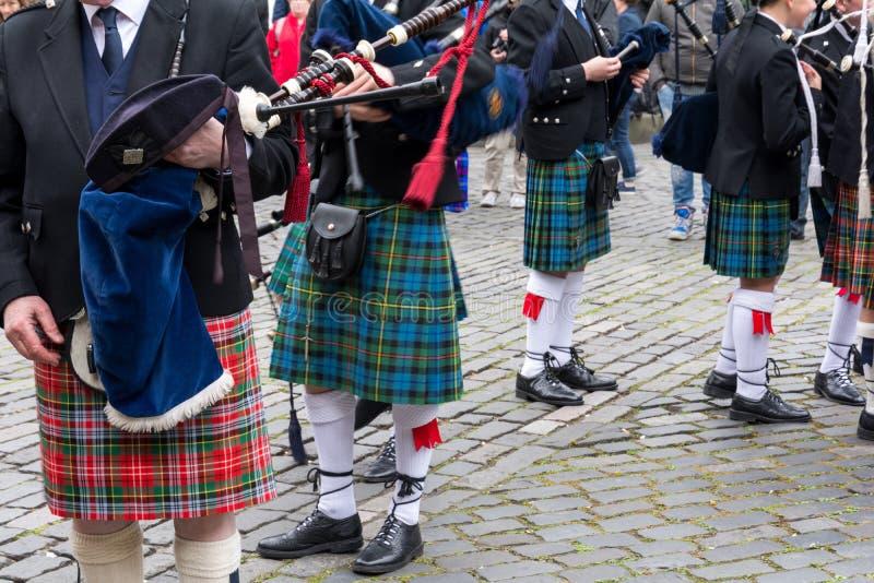 Schottische Musikerparade auf den Straßen von Edinburgh, Schottland lizenzfreies stockbild