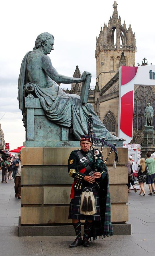 Schottischer Dudelsackspieler an der Edinburgh-Festival-Franse lizenzfreie stockfotos