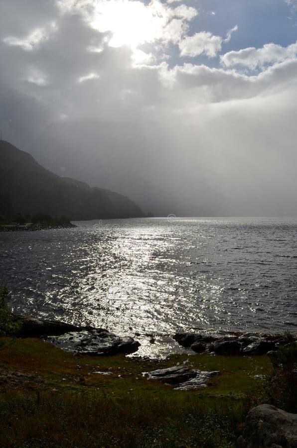 Schottischer Meerblick mit bewölkten Himmeln und Wasser stockfotografie