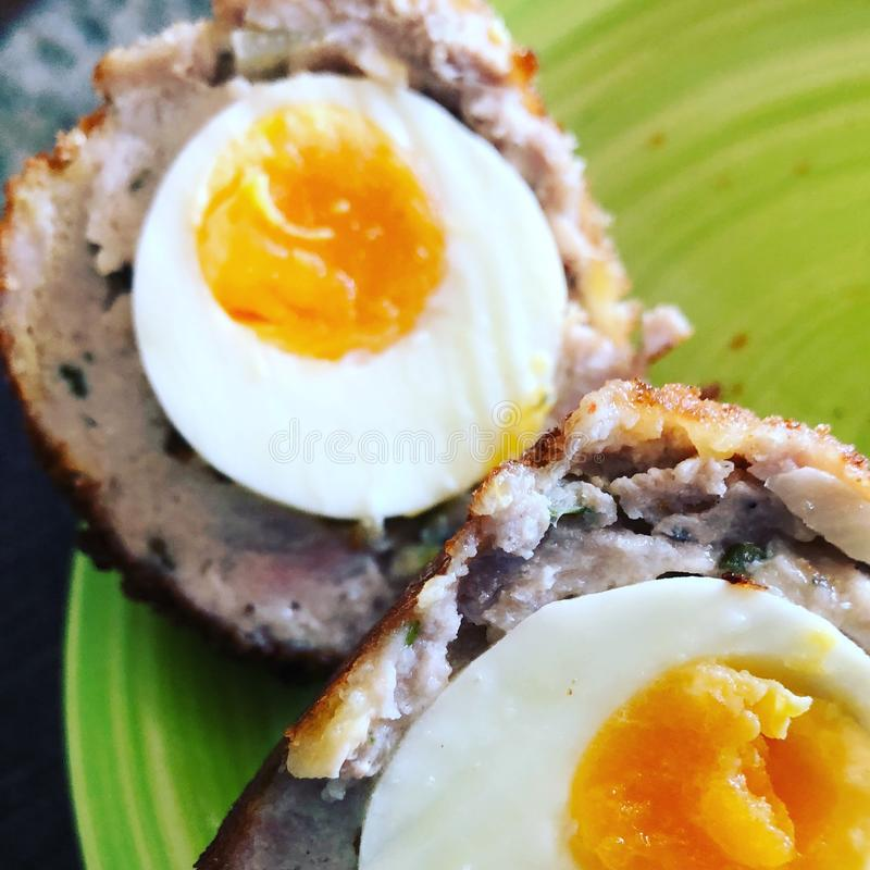 Schottisches Ei auf einer Platte stockfoto