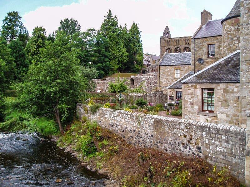 Schottland, Jedburgh, Abteiruinen im Hintergrund, ummauerter Garten stockfotografie