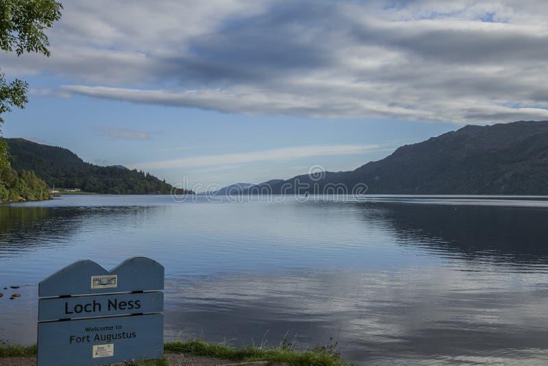 Schottland - Loch Ness See, sonniger Herbsttag stockfotografie