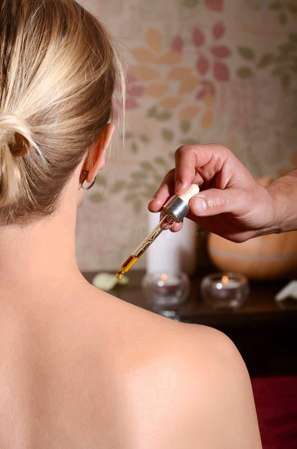 Schoudermassage met aromaoliën royalty-vrije stock foto