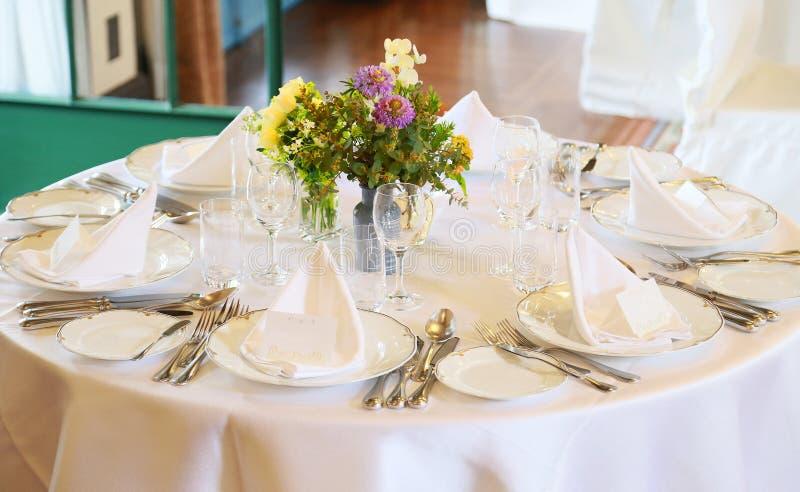 Schouwspel op maaltijd op lijst wordt voorbereid die royalty-vrije stock foto