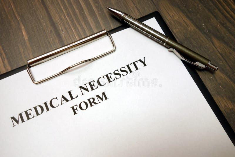 Schowek z medyczną konieczności formą i pióro na biurku fotografia royalty free