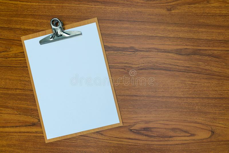 schowek z pustym białego papieru prześcieradłem na drewnianych stołowych odgórnego widoku wi fotografia stock