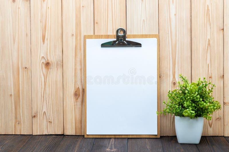 Schowka białego papieru pusty prześcieradło z małym dekoraci drzewem wewnątrz obraz royalty free