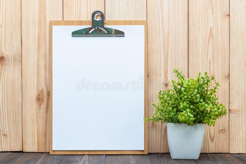 Schowka białego papieru pusty prześcieradło z małym dekoraci drzewem wewnątrz zdjęcia royalty free