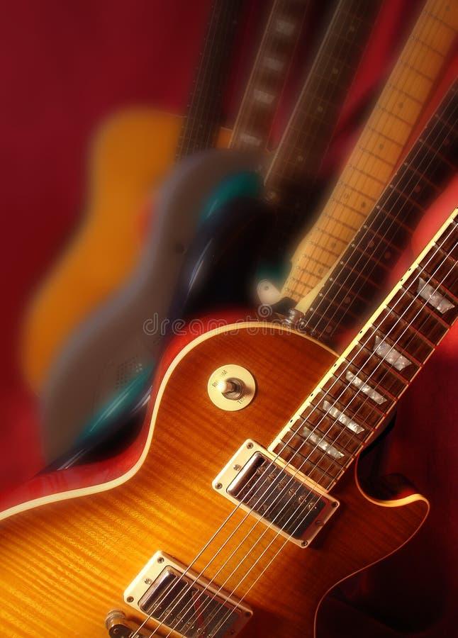 Schräg gelegene Gitarren stockfoto