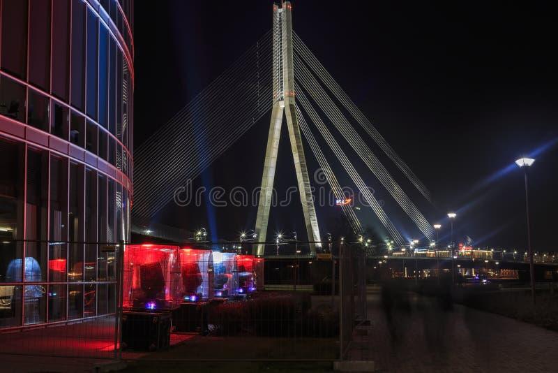 Schrägseilbrücke gegen den Hintergrund eines Fragments von illumi lizenzfreies stockbild