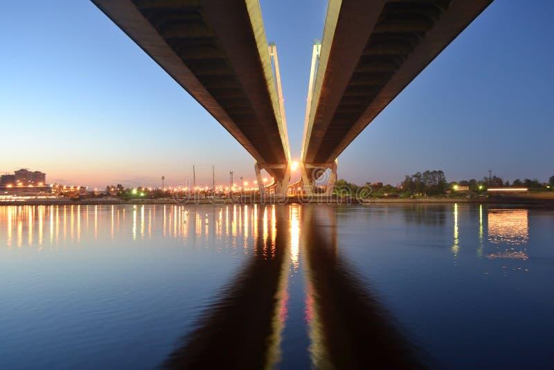 Schrägseilbrücke nachts, StPetersburg lizenzfreie stockfotos