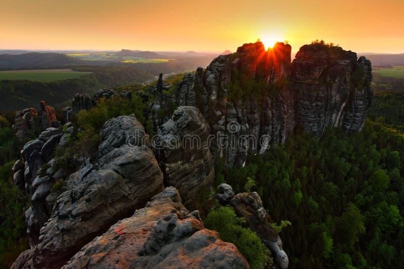 Schrammsteine, schöne Abendansicht über Sandsteinklippe in tiefes nebelhaftes Tal in Sachsen die Schweiz, nebeliger Hintergrund,  lizenzfreie stockfotos