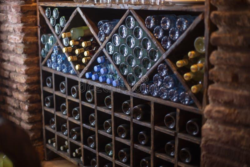 Schrank von Flaschen von Wein winebottles warehouaw Keller lizenzfreies stockfoto