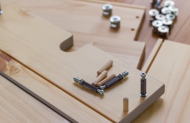 Schraube, die in Holz, Kopienraum geschraubt wird lizenzfreies stockfoto