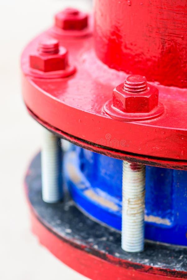 Schraube mit roter Nuss und Rohr stockfotografie