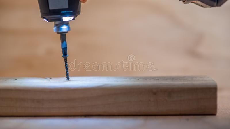 Schrauben in frisch geschnittenes Bauholz lizenzfreies stockbild
