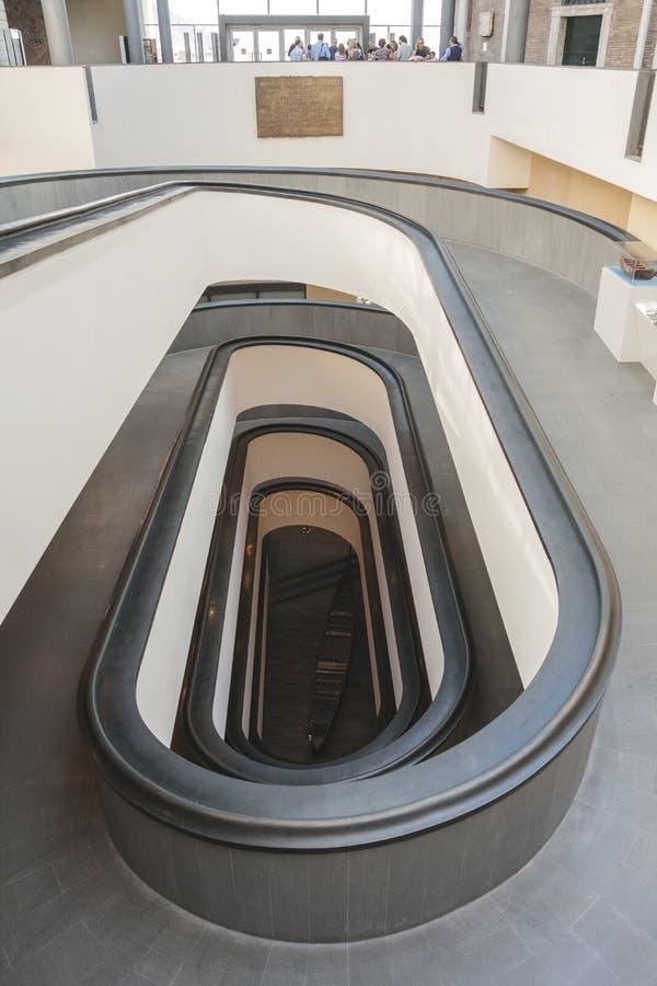 Schraubenartige Rampe innerhalb Vatikan-Museen Hohe Winkelsicht stockbilder