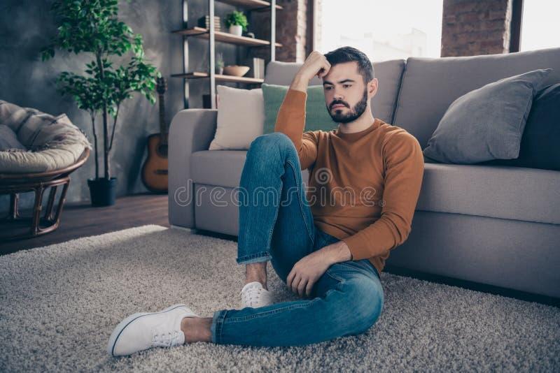Schreckliche Nachrichten des hübschen modischen Mannes des Porträts dachten, dass ungewisse unsichere besorgte bedeutungslose ora stockfoto