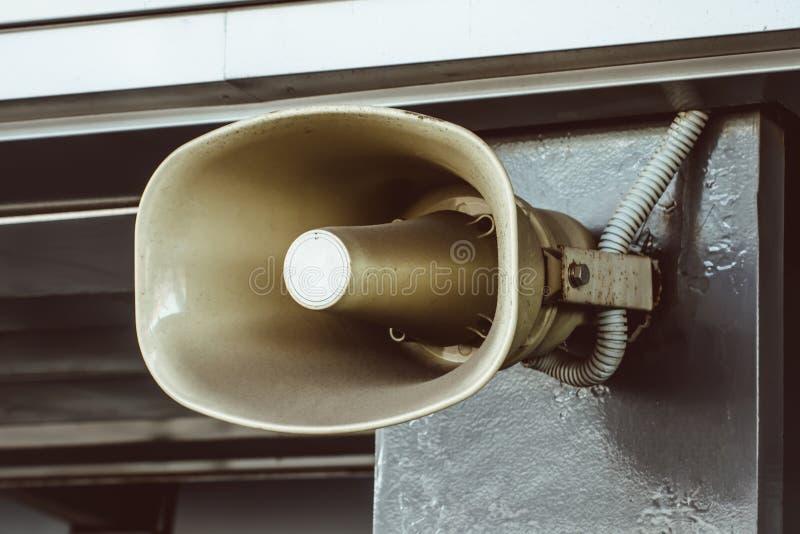 Schreeuw, een megafoon op de muur van het gebouw, voor de berichten van de steminformatie van de mensen wordt geïnstalleerd die royalty-vrije stock afbeelding