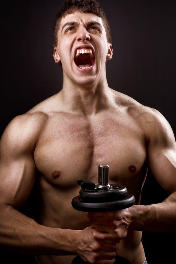 Schreeuw van krachtige spierbodybuilder stock afbeeldingen