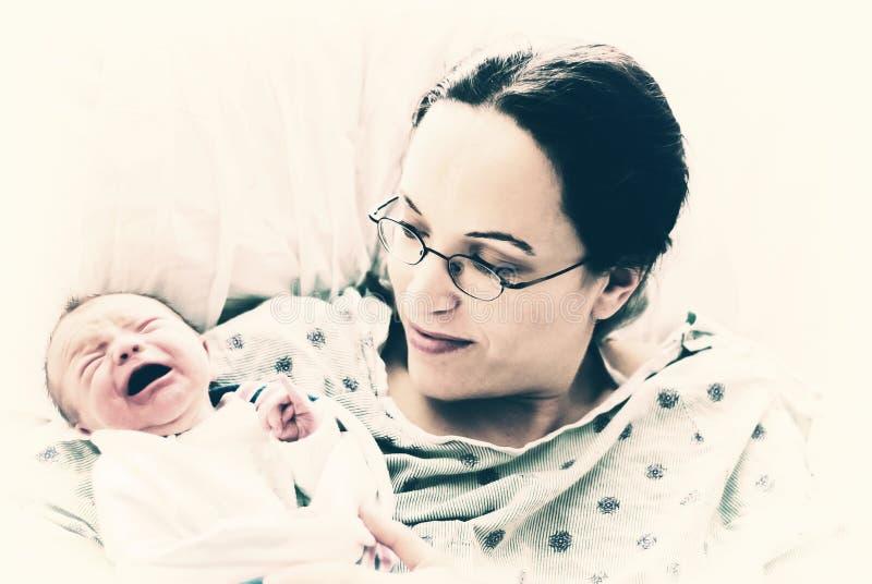 Schreeuwen Pasgeboren met Moeder stock afbeelding