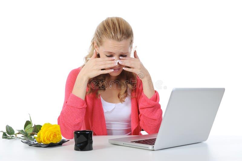 Schreeuwend meisje in het bureau. stock fotografie