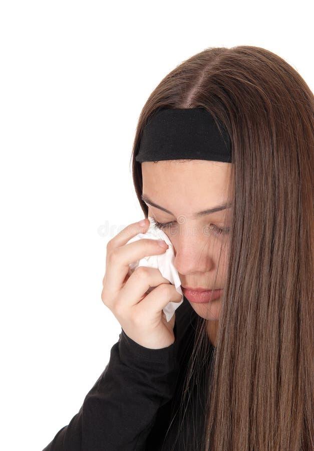 Schreeuwend tienermeisje met lang donkerbruin haar stock fotografie