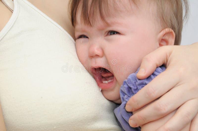 Schreeuwende baby bij de moeder op handen Het kalmeren van het verstoorde kind omhelzen en het kalmeren stock foto's