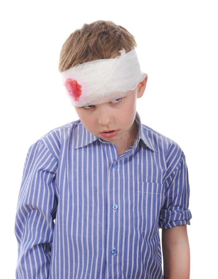 Schreeuwende jongen met een verbonden hoofd stock afbeeldingen