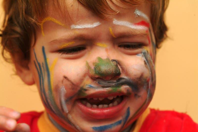 Schreeuwende jongen met geschilderd gezicht royalty-vrije stock fotografie