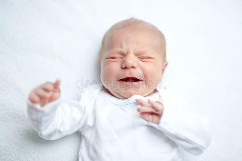 Schreeuwende pasgeboren baby op veranderende lijst Leuke oud meisje of jongen twee weken Droog en gezond lichaam en huidconcept stock afbeelding